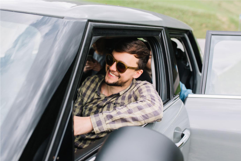 hombre-comodo-en-su-carro